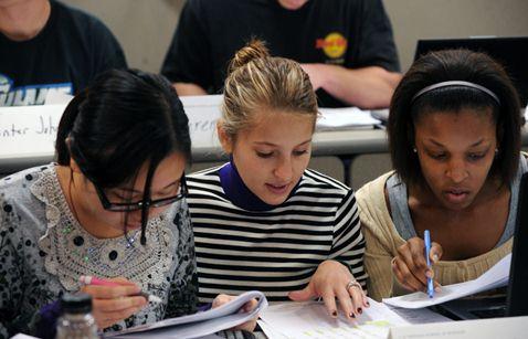 Alumnas estudiando en escuela de negocios